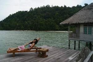 Suasana Santai di Telunas Beach Moro Karimun