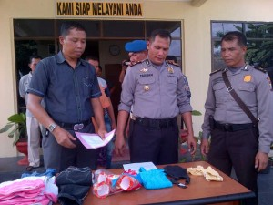 Kapolsek Tanjungpinang Barat AKP Paten Tarigan  memperlihatkan barang bukti kasus pencabulan(1)