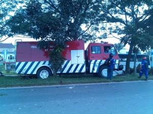 truk pemadaman kebakaran tabrakan