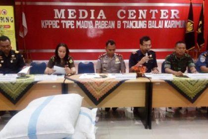 Kepala KPPBC Tanjungbalai Karimun, Benhard Sibarani saat memaparkan hasil tegahan di kantor KPPBC