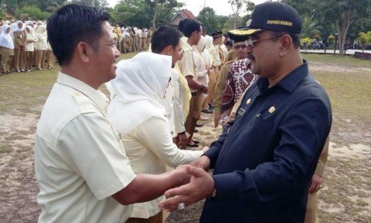Bupati Karimun, Aunur Rafiq menyerahkan SK perpanjangan pada tenaga honor di halaman kantor Camat Kundur Utara