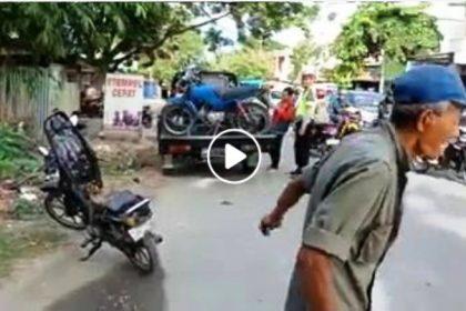 Kakek membakar motor