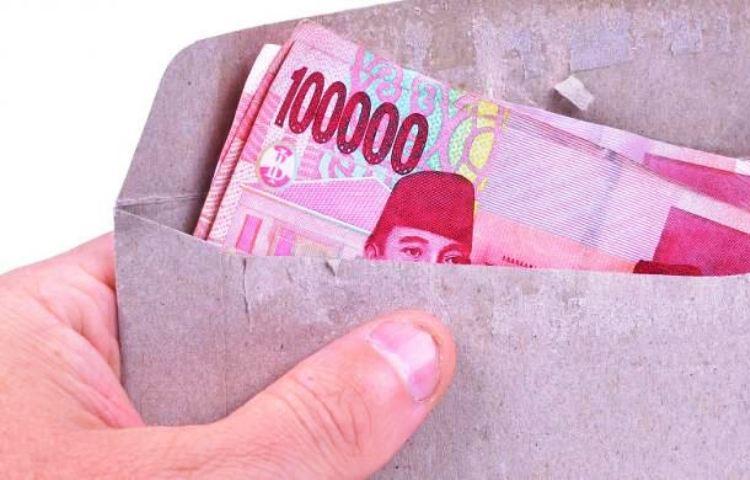 Foto ilustrasi uang di amplop