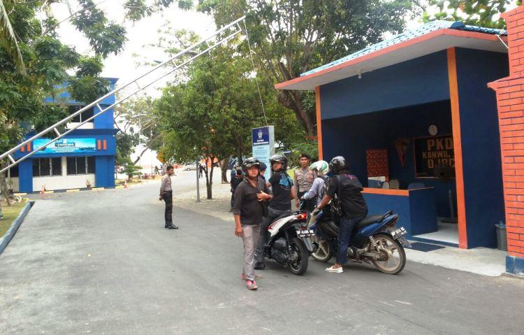 Wartakepri, Para awak media menunggu di depan gerbang kantor DJBC Kepri untuk menunggu keterangan resmi terkait penangkapan sabu
