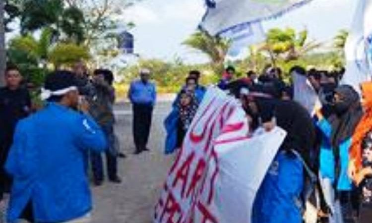 Wartakepri, Ratusan Mahasiswa UMRAH berdemo mempertanyakan banyaknya kasus korupsi di UMRAH