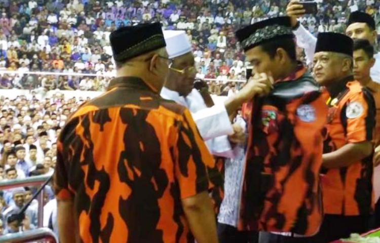 Wartakepri, Ustad Abdul Somad Dipasangkan Jaket Pemuda Pancasila
