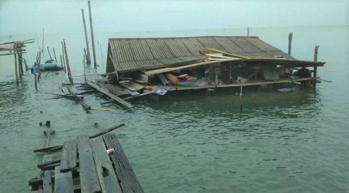 Rumah Hasan di Desa Pengujan Ambles Diterjang Angin dan Ombak