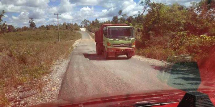 Jalan berlubang di Betubi Natuna