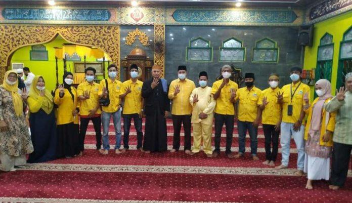 Milenial Golkar Kepri Berbagi Paket Sarung dan Sajadah di Masjid Baitul Karim Karimun