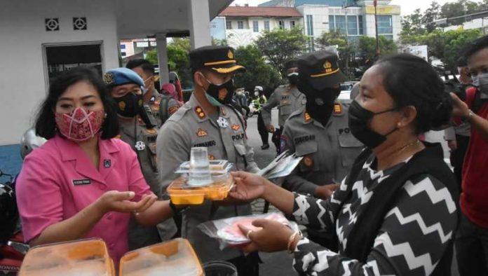 Bhayangkari Polres Tanjungpinang Berbagi Takjil dan Masker