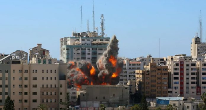 Menghancurkan kantor Associated Press (AP) dan Aljazirah