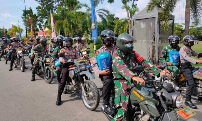 TNI-Polri Bagi Bansos PPKM Darurat