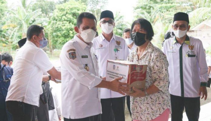 Gubernur Ansar dan Baznas Kepri Salurkan Bantuan Covid-19 di Tanjungpinang