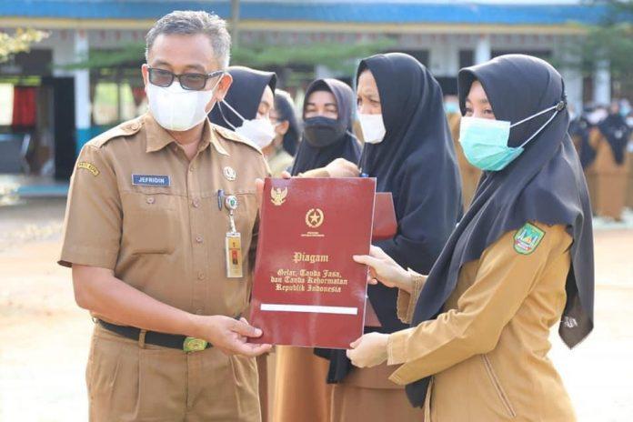 164 Guru Batam Terima Tanda Penghormatan Satya Lencana Karya Satya